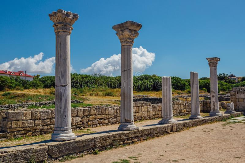 De oude Griekse kolommen blijft van oude Byzantian-basiliek Oude ruïnes in archeologisch park Chersonesus stock foto's