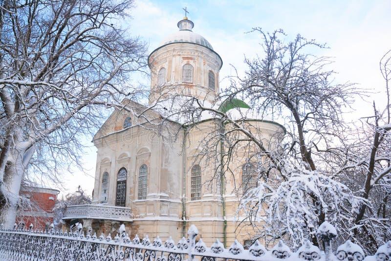 De oude Griekse orthodoxe kerk van st john de theoloog coverd sneeuwt in de winter in Nizhyn, de Oekraïne stock fotografie