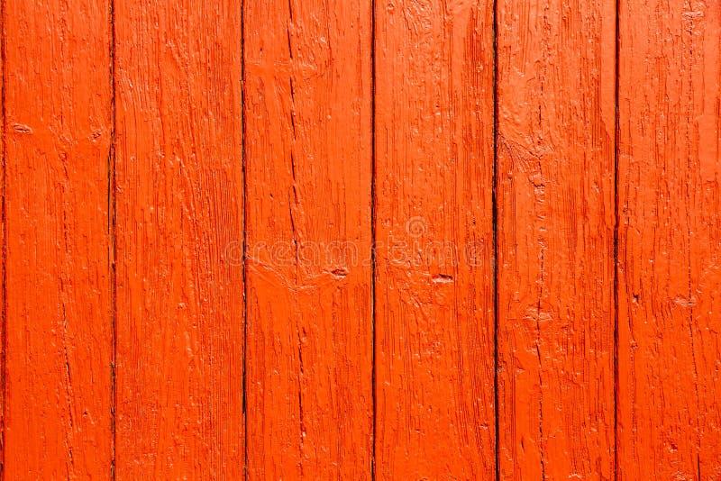 De oude grungy en doorstane rode sinaasappel schilderde houten eenvoudige de textuurachtergrond van de muurplank stock fotografie