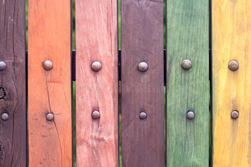 De oude grungy Kleurrijke omheining met spijkers sluit omhoog stock foto