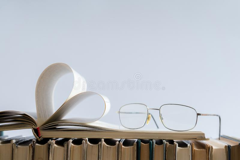 De oude harde pagina van het dekkingsboek verfraait aan hartvorm met glazen stock afbeelding