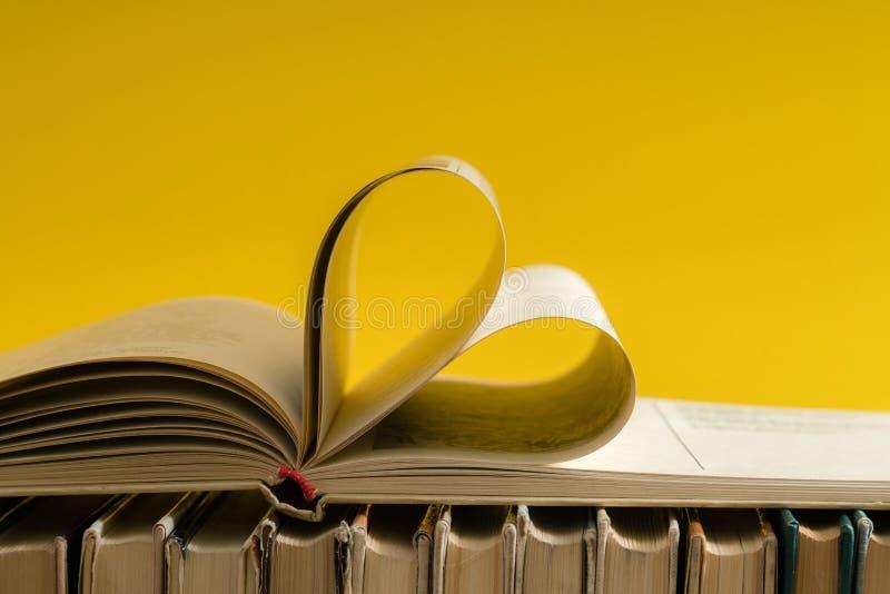 De oude harde pagina van het dekkingsboek verfraait aan hartvorm voor liefde in val stock afbeelding