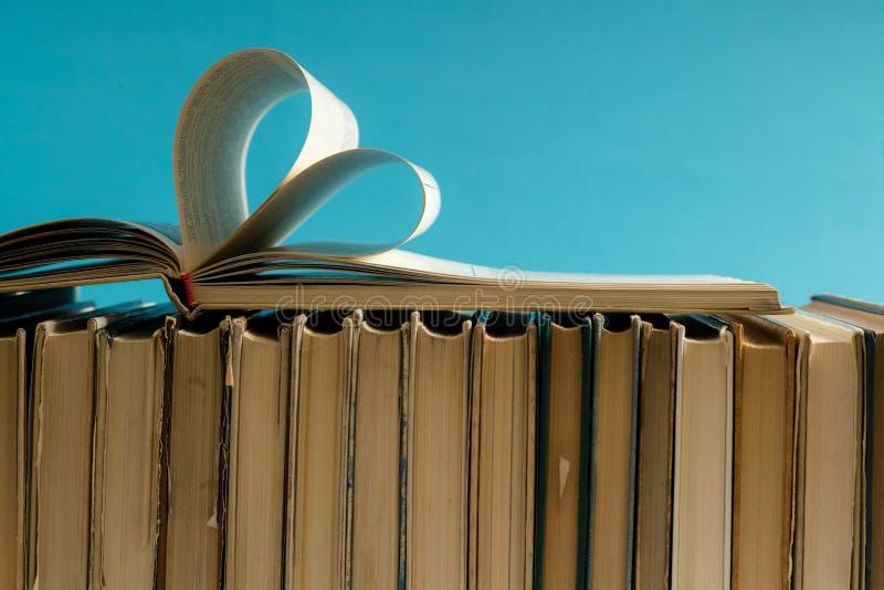 De oude harde pagina van het dekkingsboek verfraait aan hartvorm voor liefde in val stock foto's