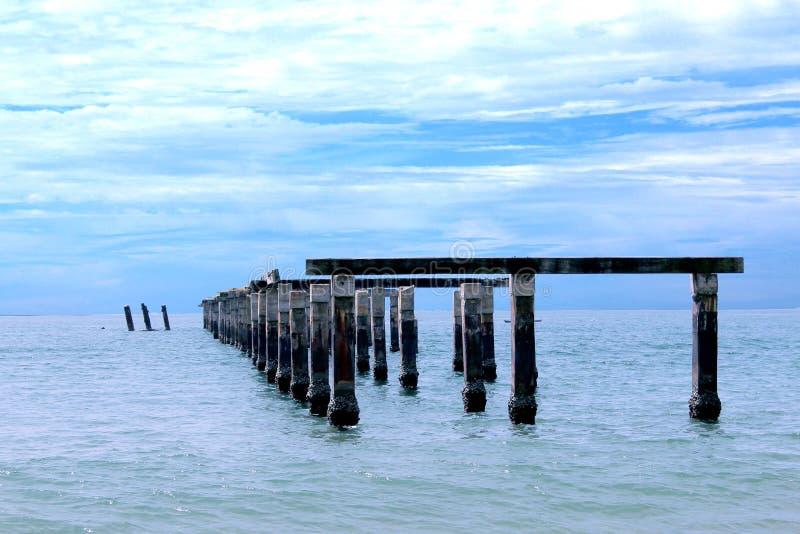 De oude haven door het overzees stock afbeelding