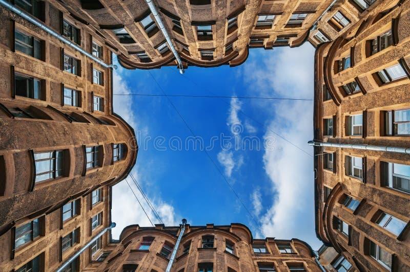 De oude hemel van hoogtebinnenplaatsen om St. Petersburg Binnenplaats van de put in St. Petersburg, oude architectuur van St royalty-vrije stock afbeeldingen