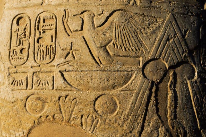 De oude hiërogliefen van Egypte die op de steen worden gesneden stock afbeeldingen