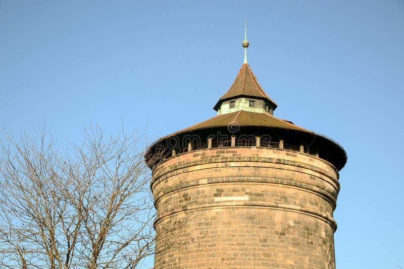 De oude historische baksteen blokkeert toren met duidelijke blauwe hemel in de winter stock foto