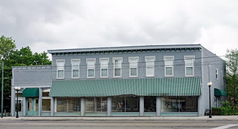 De oude, Historische Bedrijfsbouw met het Groene Gestreepte Afbaarden royalty-vrije stock foto