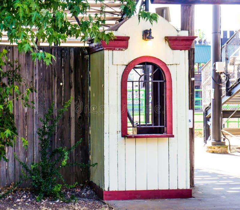 De oude Houten Cabine van de Kaartjestoelating stock foto's