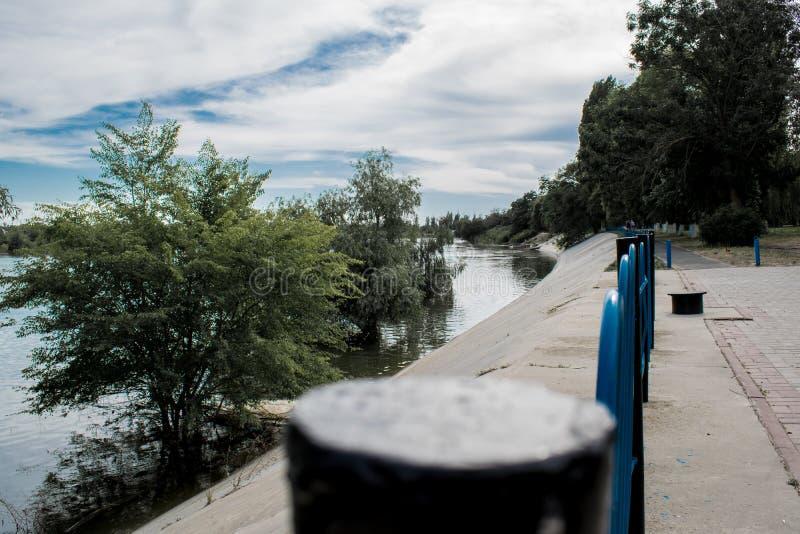 De oude, houten en sjofele brug is een kleine brug op de rivier, een plaats voor rust en stilte, stock fotografie