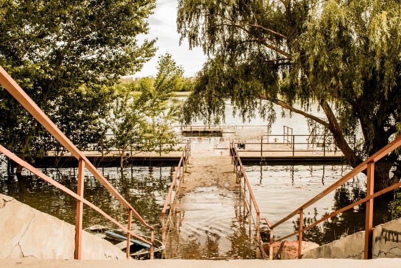 De oude, houten en sjofele brug is een kleine brug op de rivier, een plaats voor rust en stilte, royalty-vrije stock afbeeldingen