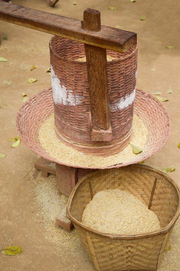 De oude houten machine van het rijstmalen stock foto