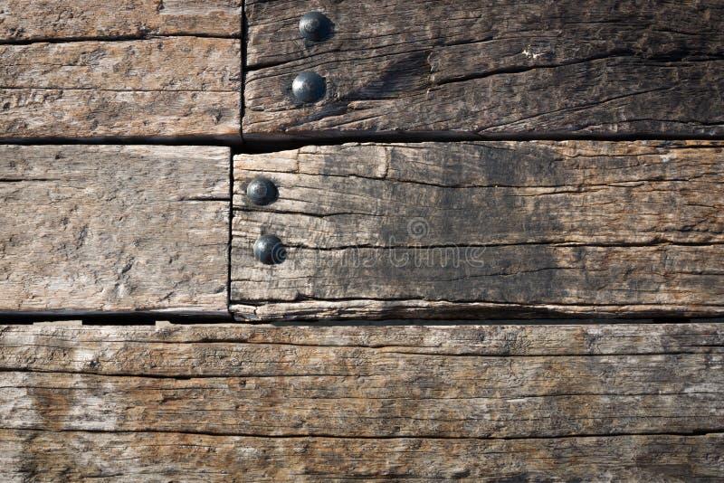 De oude houten Muur van Grunge en ronde metaalnoot stock fotografie