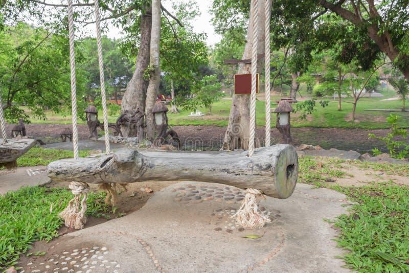 De oude houten schommelingszetel heeft kabel Witte Aard in de tuinboom royalty-vrije stock fotografie
