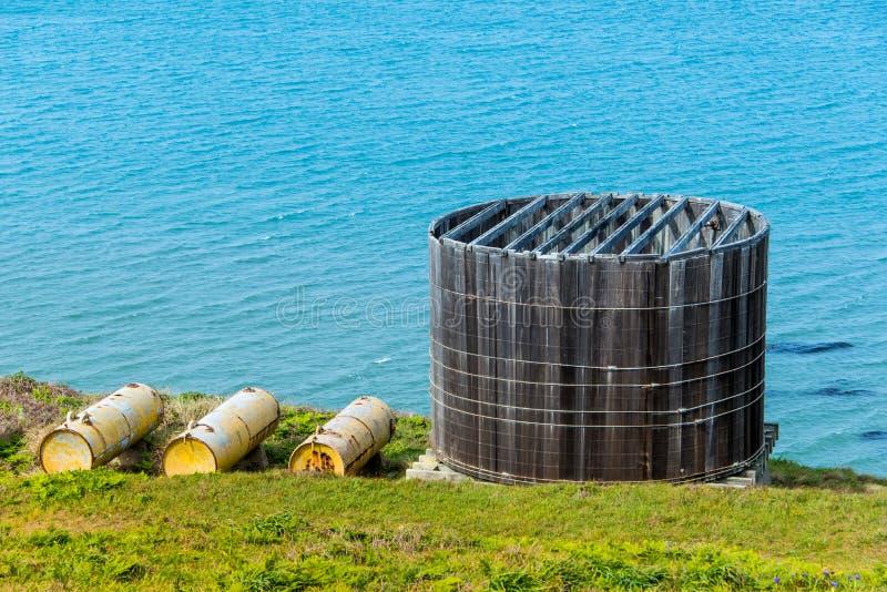 De oude houten tank van de watercontainer door Vreedzame Oceaan royalty-vrije stock foto's