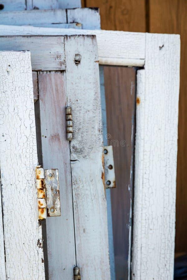 De oude houten vensters maakten na het ontmantelen royalty-vrije stock afbeeldingen