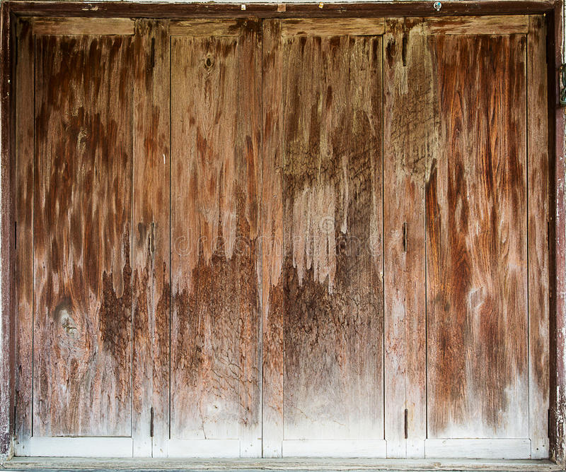De oude houten vouwende deuren is gesloten stock afbeeldingen