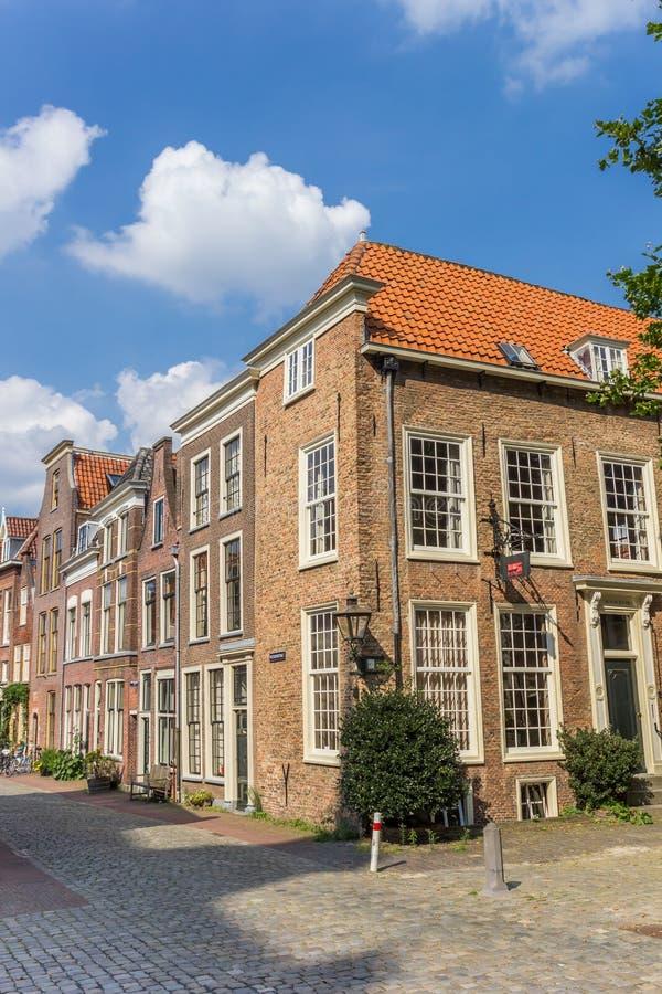 De oude huizen bij a cobblestoned straat in Leiden royalty-vrije stock afbeeldingen