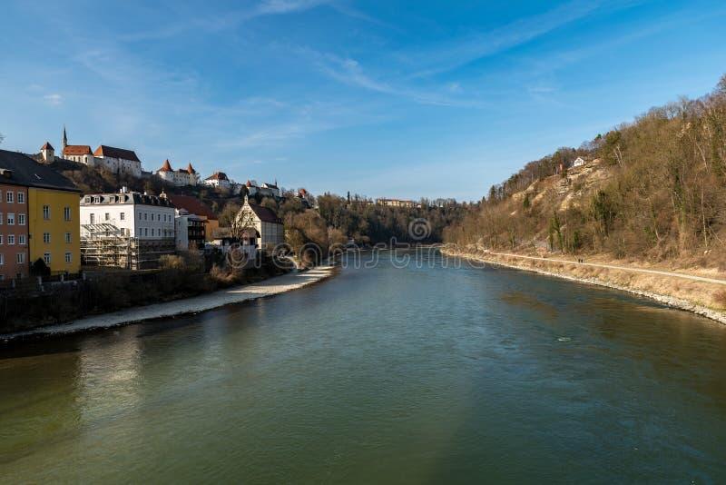 De oude huizen van Burghausen met de rivier Salzach royalty-vrije stock foto