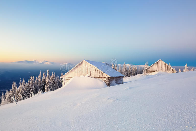 De oude huizen voor rust voor koude de winterochtend royalty-vrije stock foto's