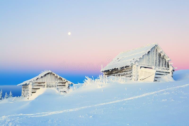 De oude huizen voor rust voor koude de winterochtend royalty-vrije stock afbeelding