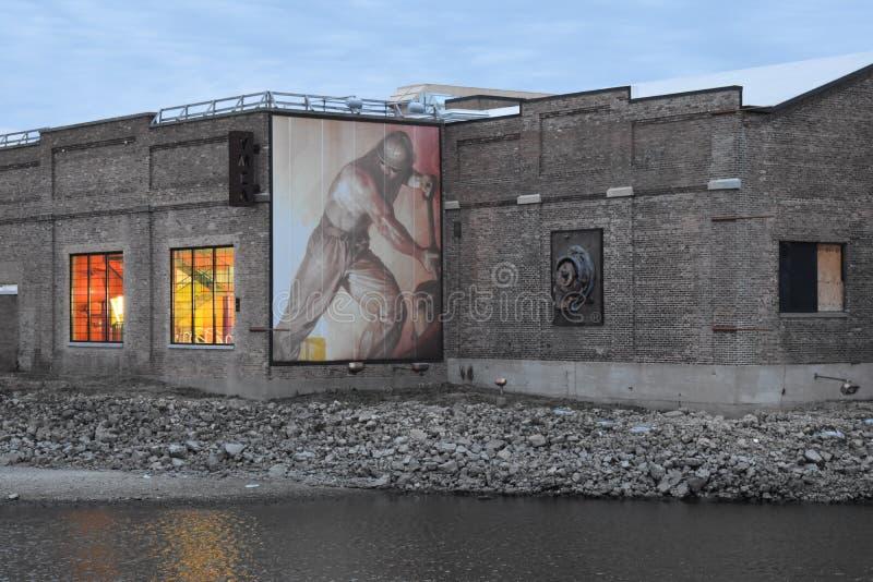 De oude industriële bouw langs een rivier stock foto's