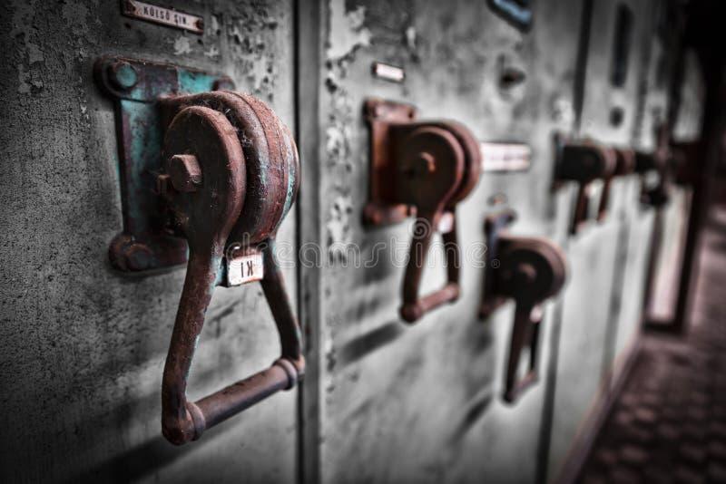 De oude industriële kast van de elektronikaschakelaar in een firma stock foto
