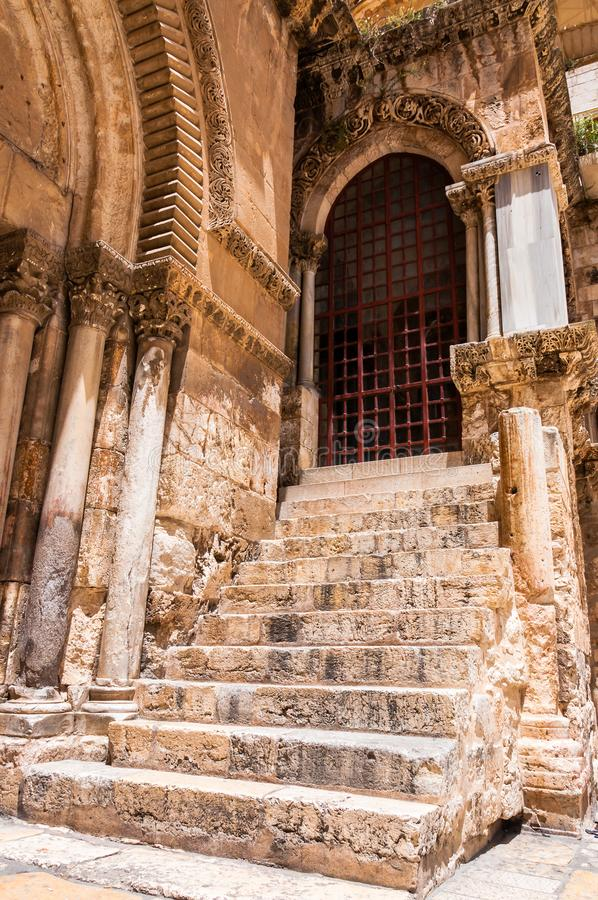 De oude ingang met hoge steentreden die tot plaats van de kruisiging binnen het complex van de Kerk van Heilig leiden begraaft stock afbeelding