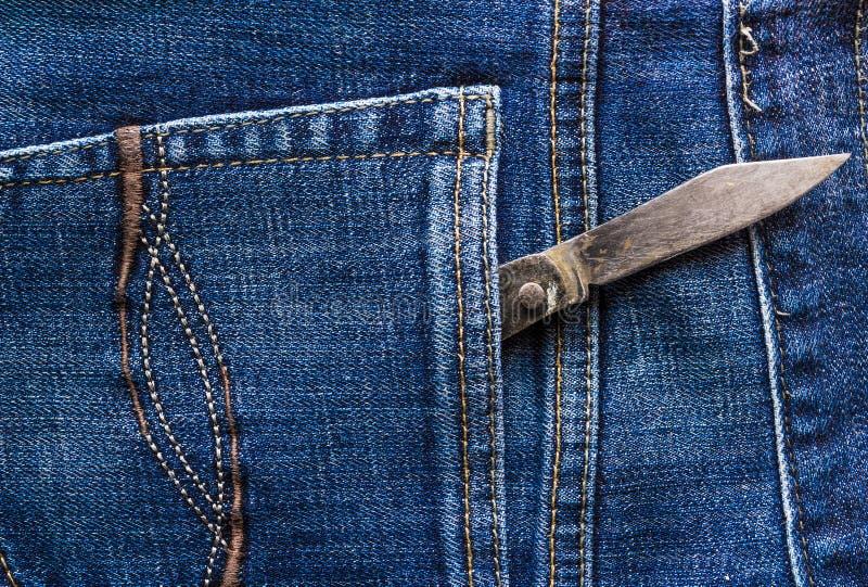 De oude jeans van de messen achterzak royalty-vrije stock fotografie