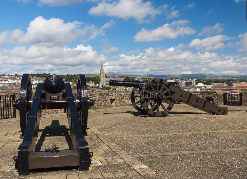 De oude kanonkanonnen op de borstweringen van de ommuurde stad van Londonderry in Noord-Ierland stock afbeelding