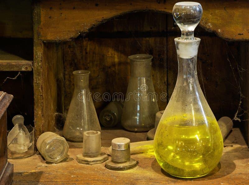 De Oude karaf met een reagens op stoffige lijst royalty-vrije stock foto