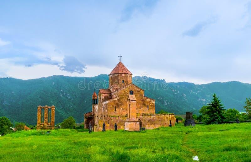 De oude kerk in de weide stock foto