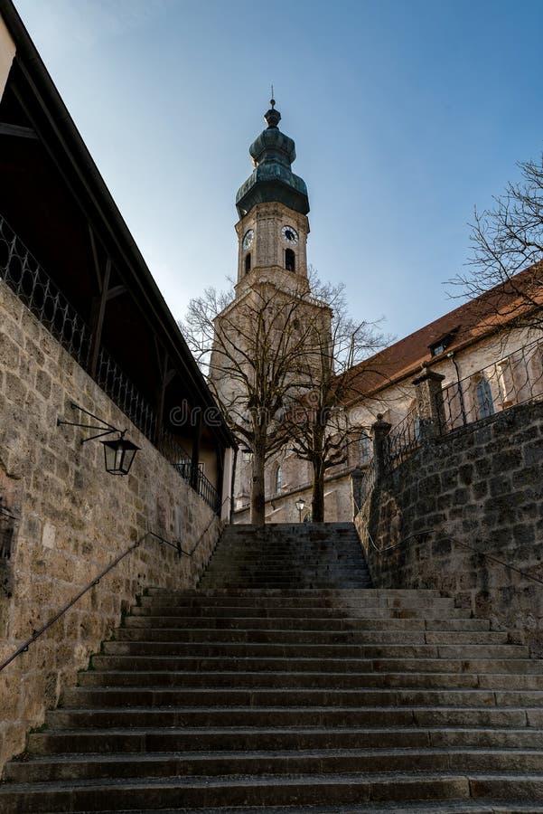 De oude kerk van Burghausen met sommige treden royalty-vrije stock fotografie