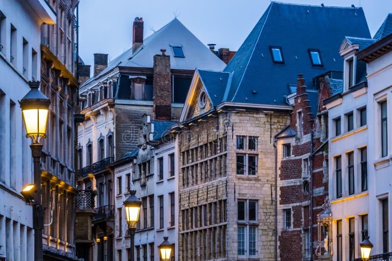 De oude klassieke stadsarchitectuur met aangestoken lantaarnpalen in de stad van Antwerpen, antwerpen, België royalty-vrije stock afbeeldingen