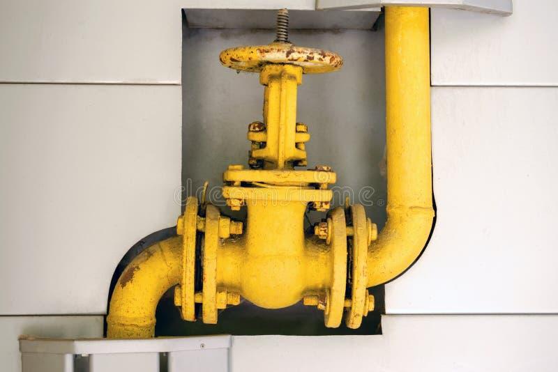 De oude klep van de gaspijp om gassen te controleren die het systeem ingaan stock afbeeldingen