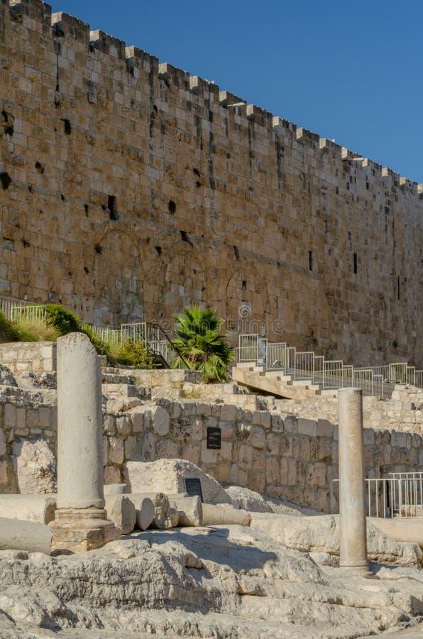 De de oude kolommen en Huldah-Poorten op de zuidelijke stappen van de Tempel zetten in de Oude Stad van Jeruzalem, Israël op stock foto's