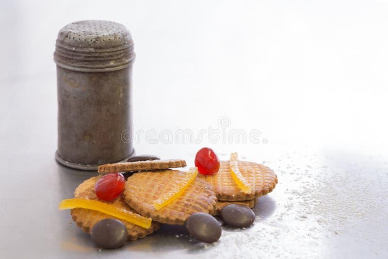 De oude kom van de metaalsuiker met koekjes, hobbelig allen royalty-vrije stock foto's