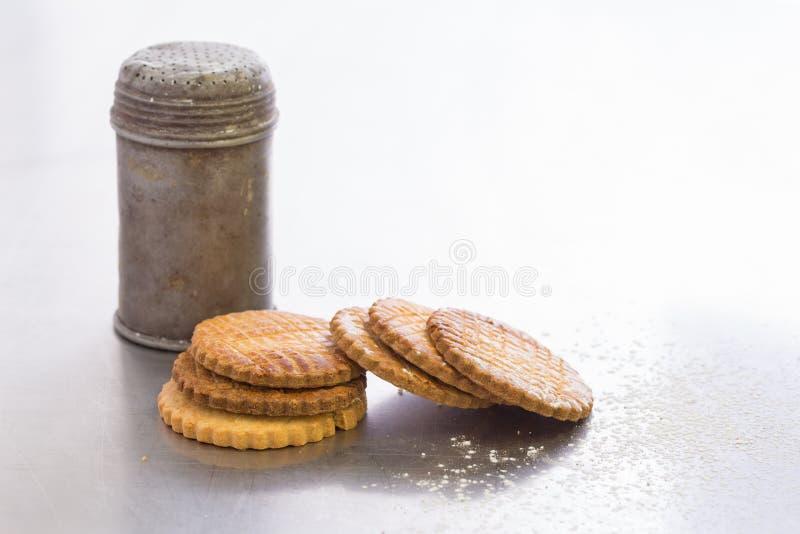 De oude kom van de metaalsuiker met koekjes, hobbelig allen stock afbeeldingen