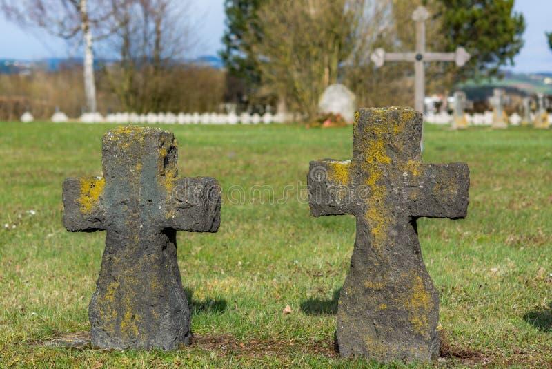 De oude kruisen maakten van steen een militaire begraafplaats royalty-vrije stock foto