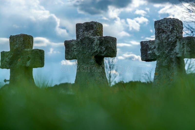 De oude kruisen maakten van steen een militaire begraafplaats stock fotografie