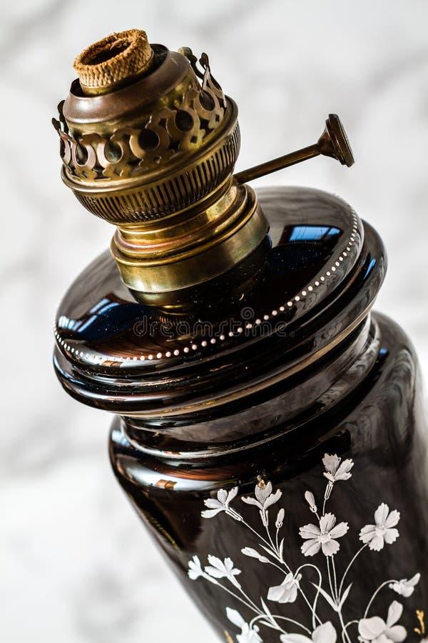 De oude Lamp van de Messingsolie met Bloemenmotief zonder Glasdeksel stock afbeeldingen