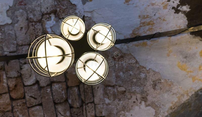 De oude Lantaarn van de Ijzerstraat, Zwarte lamp voor hangt op het dak in koffie Binnenlands ontwerp van lamp De gele gloeilamp i royalty-vrije stock afbeeldingen