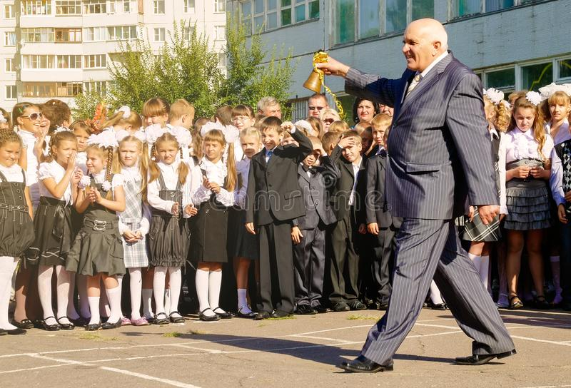 De oude leraar opent het Russische academische jaar die de klok bellen royalty-vrije stock foto