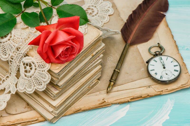 De oude liefdebrieven, kant en rood namen bloem toe stock afbeeldingen