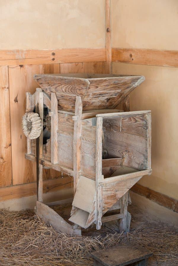 De oude machine van het rijstmalen royalty-vrije stock afbeeldingen