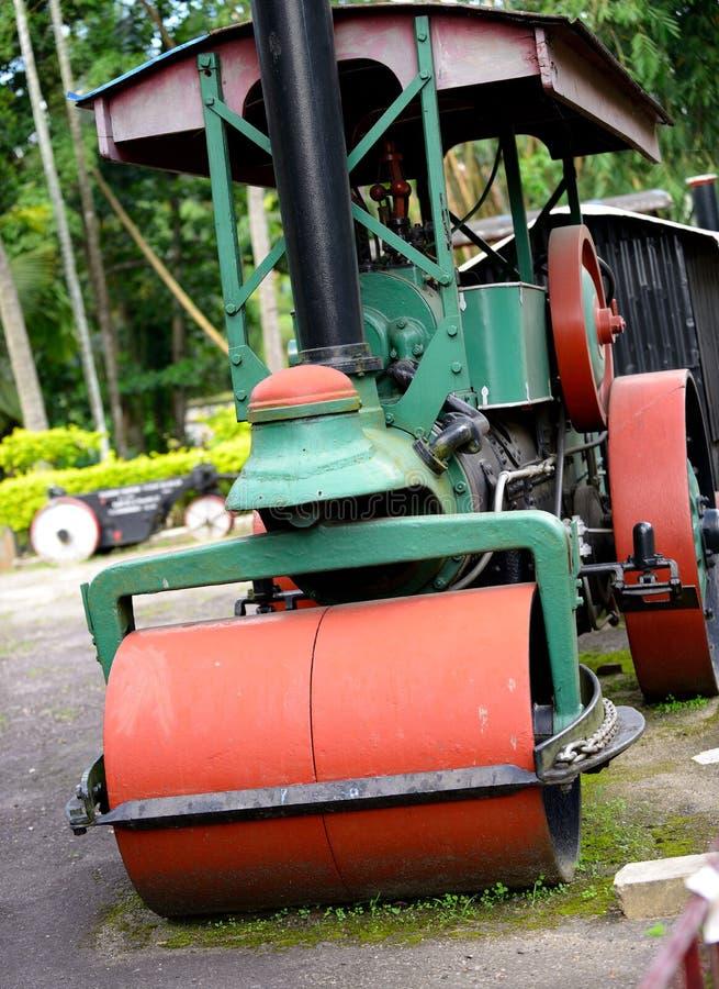 De oude machines van de stoomrol voor het leggen van asfalt stock afbeeldingen
