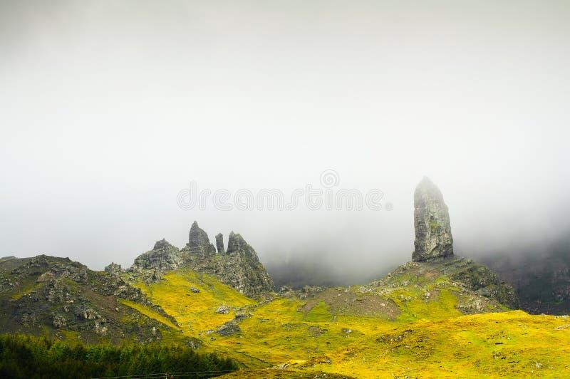 De oude man van de rots en de mist van Storr op Eiland van Skye-bergen. Schotland stock afbeeldingen