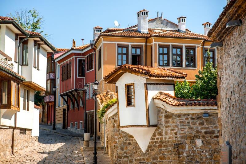 De oude mening van de stadsstraat in Plovdiv stock foto