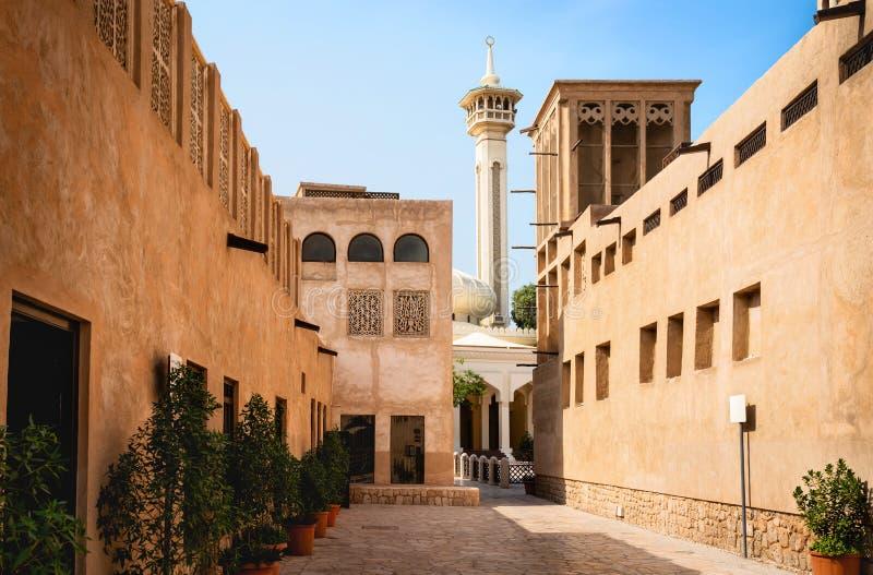 De oude mening van Doubai met moskee, gebouwen en traditionele Arabische straat Historische Al Fahidi-buurt, Al Bastakiya stock afbeelding
