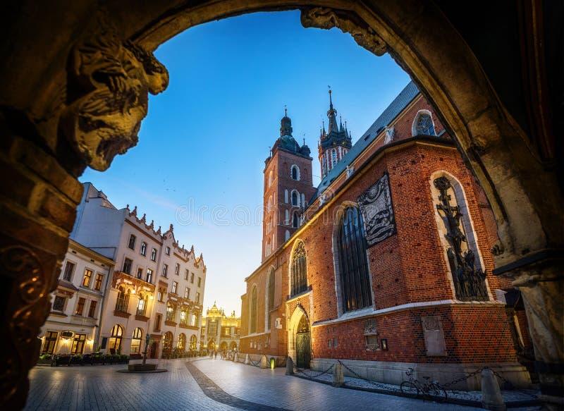 De oude mening van het stadscentrum met St Mary ` s Basiliek in Krakau, Polen stock afbeeldingen